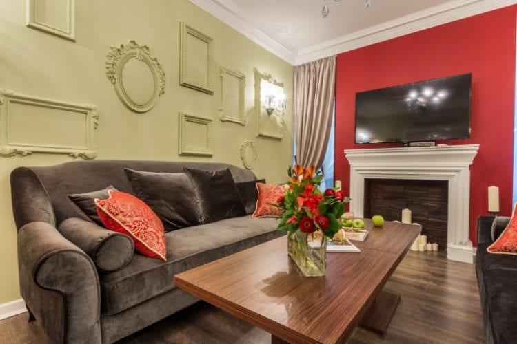 Цвет стен в гостиной с камином