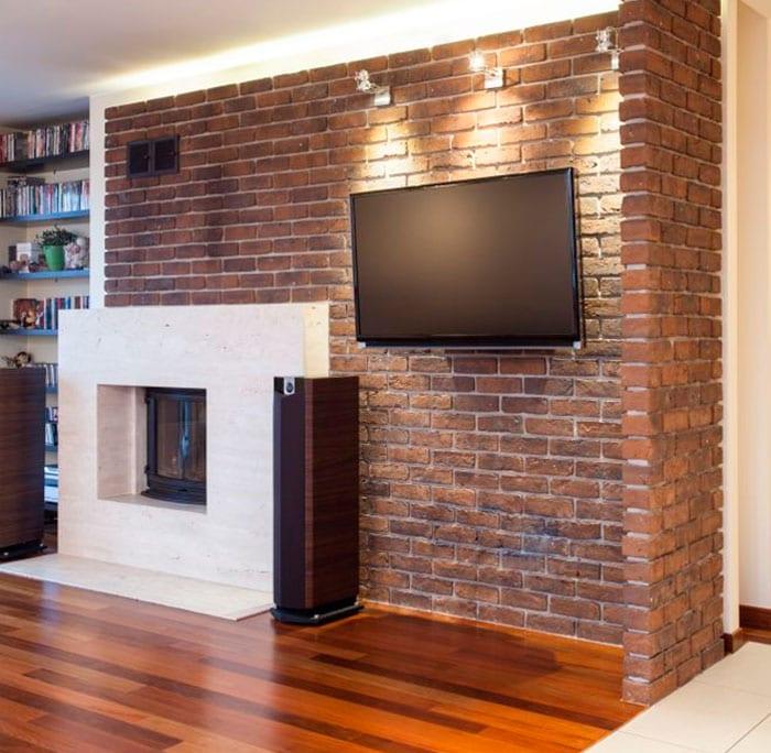Кирпичная стенка в гостиной с телевизором