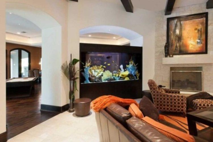 Аквариум в гостиной с фото в качестве декора задней стенки