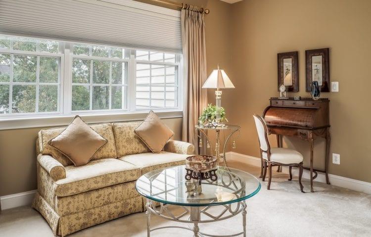 Интерьер гостиной диван от окна