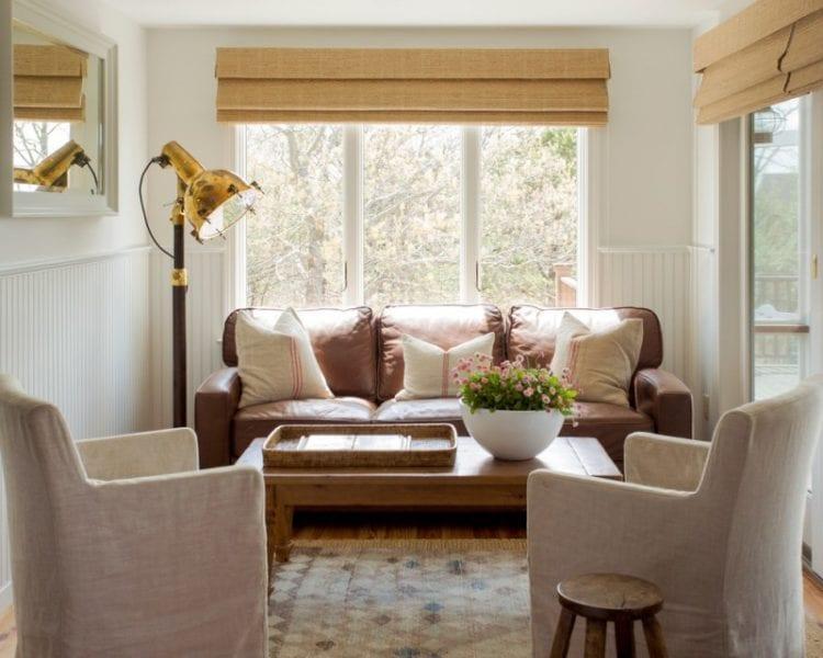 Интерьер комнаты с диваном у окна