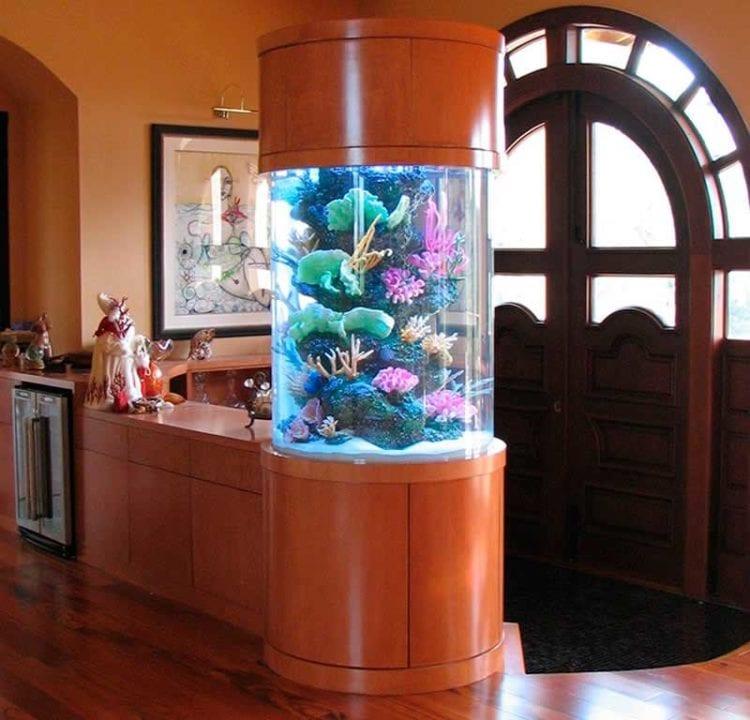 Гостиная с включением красивого цилиндрического аквариума в интерьер