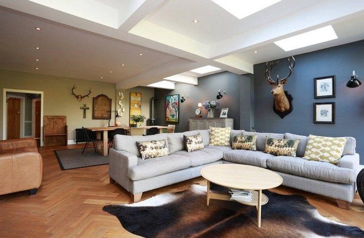 Светлый диван в интерьере фото