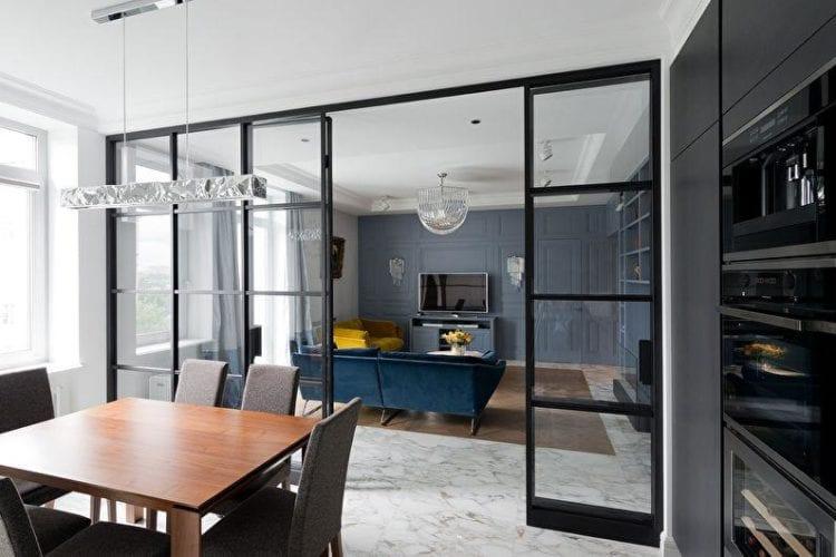 Вариант стеклянной перегородки между кухней и гостиной