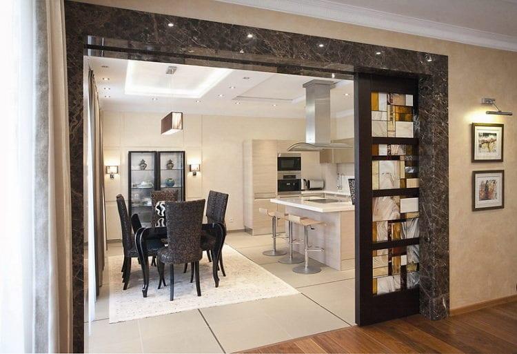 Перегородка между кухней и гостиной с раздвижной дверью