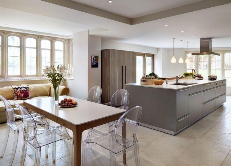 Прозрачные стулья в интерьере кухни