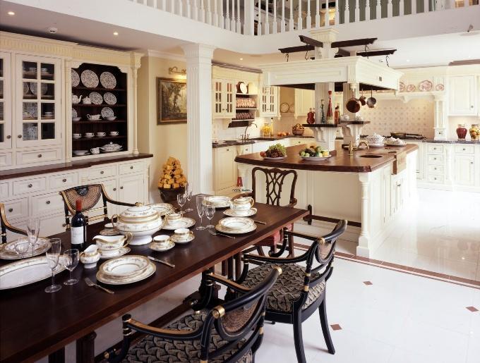 Обеденная посуда в английском стиле в кухне-гостиной