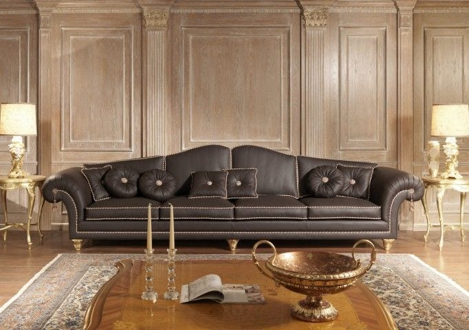 Угловой диван в классическом интерьере