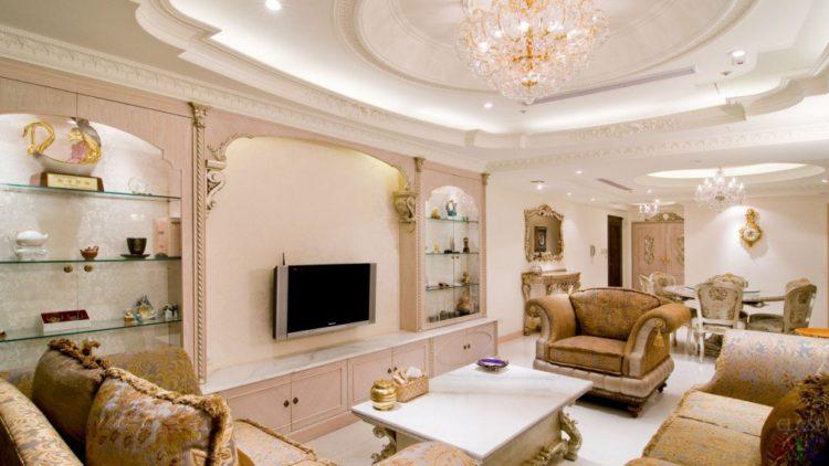 Потолки в гостиной классика
