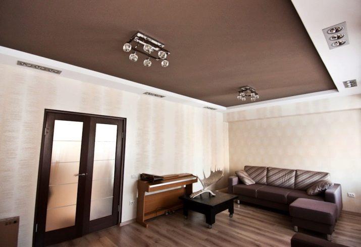 Потолок белый с коричневым