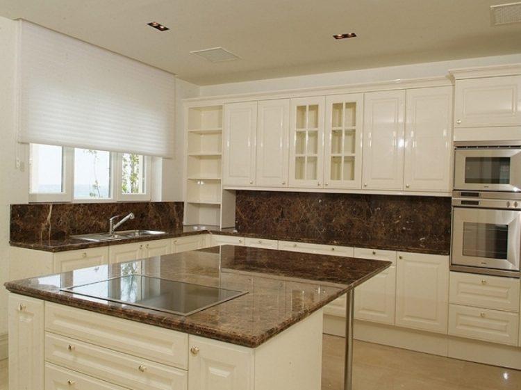 Белая кухня с каменной коричневой столешницей