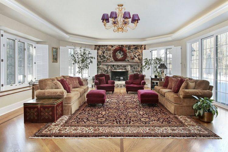 Большая красивая гостиная в доме с большим ковром
