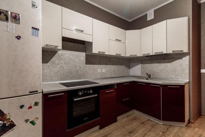 Кухонный гарнитур светлый верх бордовый