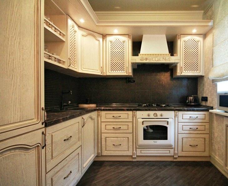 Светлая кухня в классическом стиле с темной столешницей