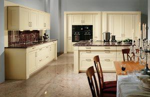 Кухонный гарнитур ваниль в интерьере кухни