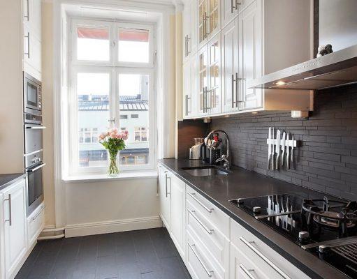 Дизайн светлой кухни с темной столешницей фото