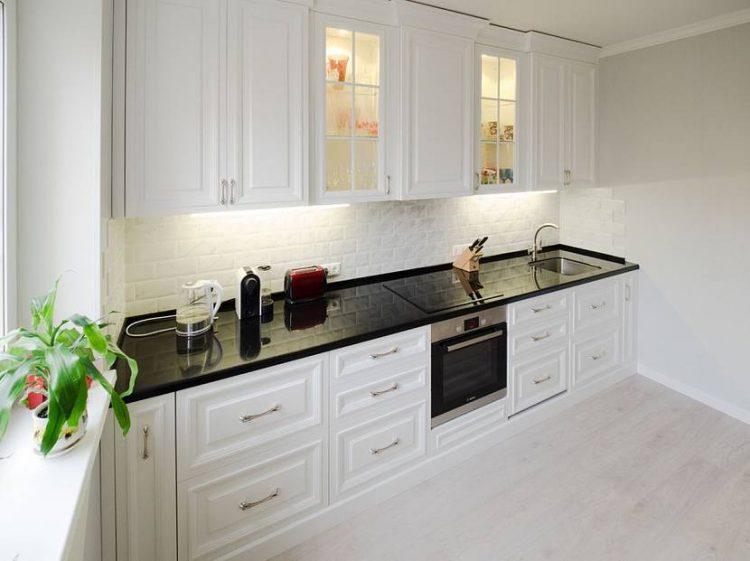 Темная столешница темный фартук белая кухня