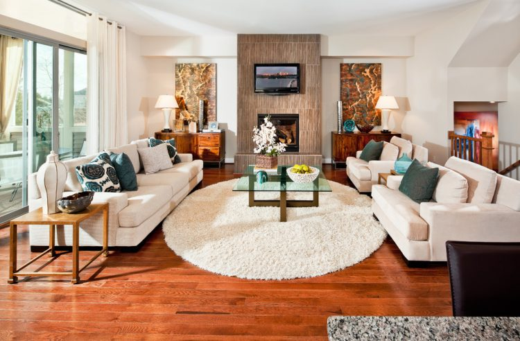 Овальный ковер в интерьере традиционной гостиной, где форма овала акцентирует внимание на правильной пропорциональной геометрии комнаты
