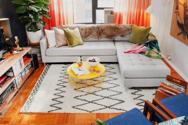 Ковер в интерьере гостинойс угловым диваном