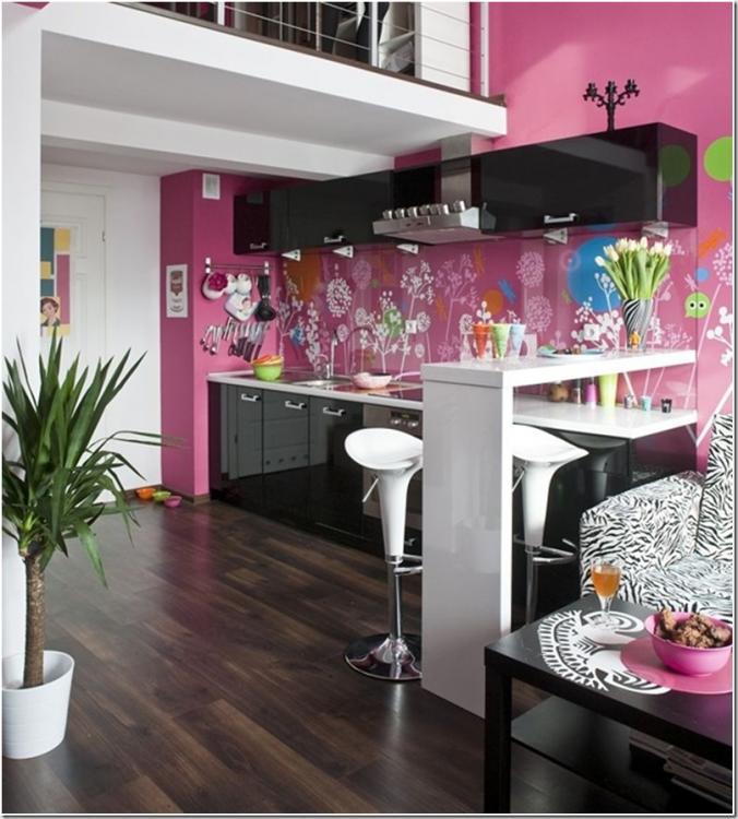 Кухня в розово-черной палитре