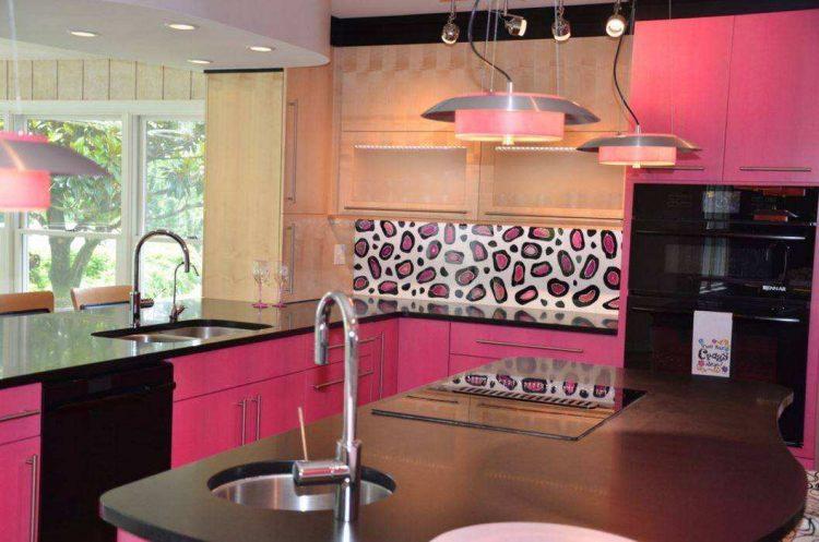 Розовая кухня с черным фартуком