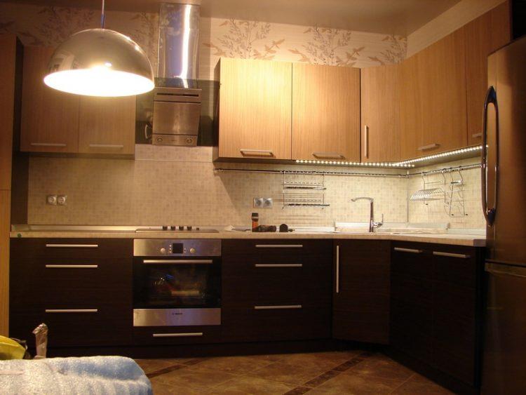 Бежево-коричневая кухня, где верх карамельный, а низ - венге