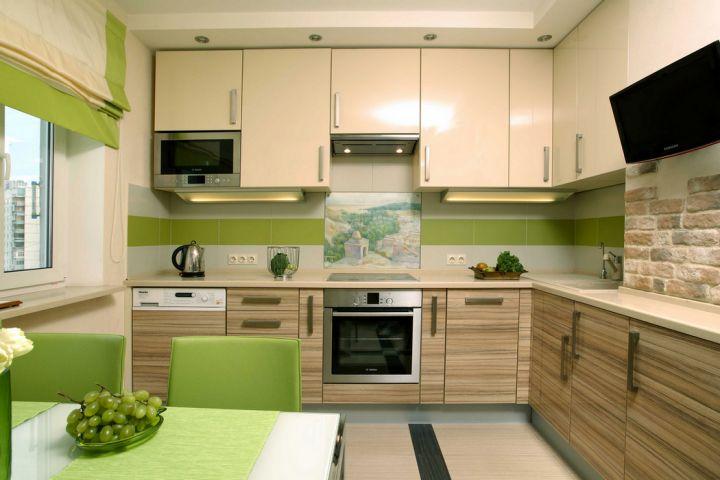 Бежевая кухня с зелеными аксессуарами