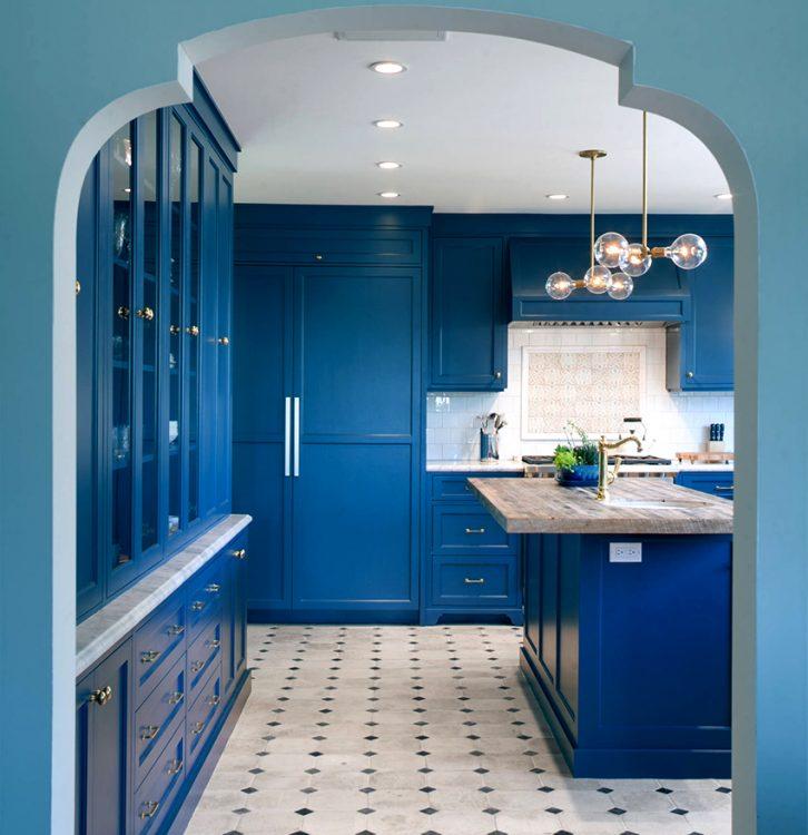 Бело-синяя кухня с белым полом и синей полосой из плитки на полу