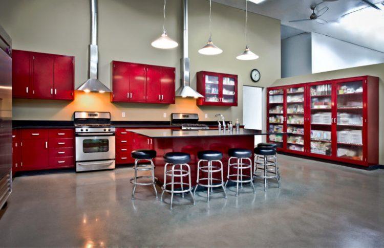 Встроенный гарнитур бордового цвета в стиле лофт