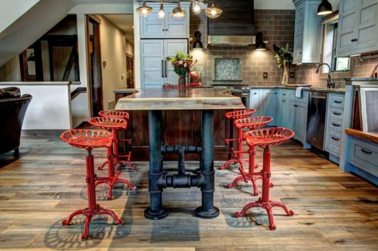 Кухня в стиле лофт с плетеными стульями
