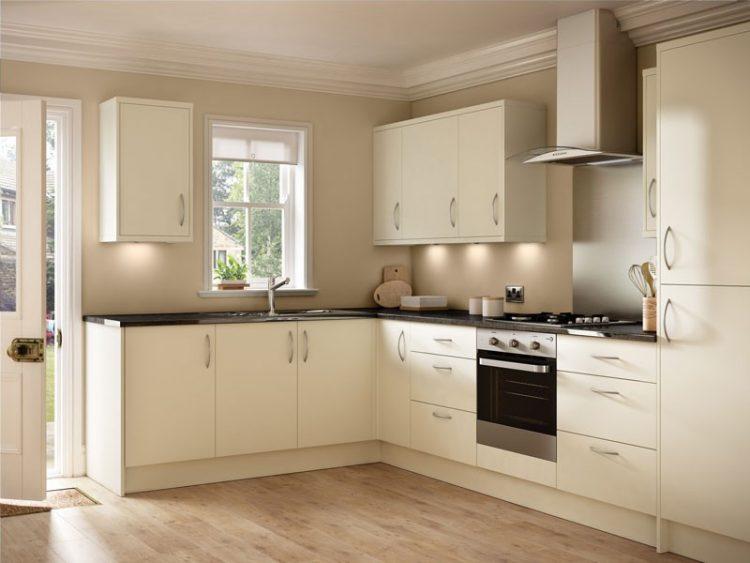 Кухонный гарнитур кремового цвета