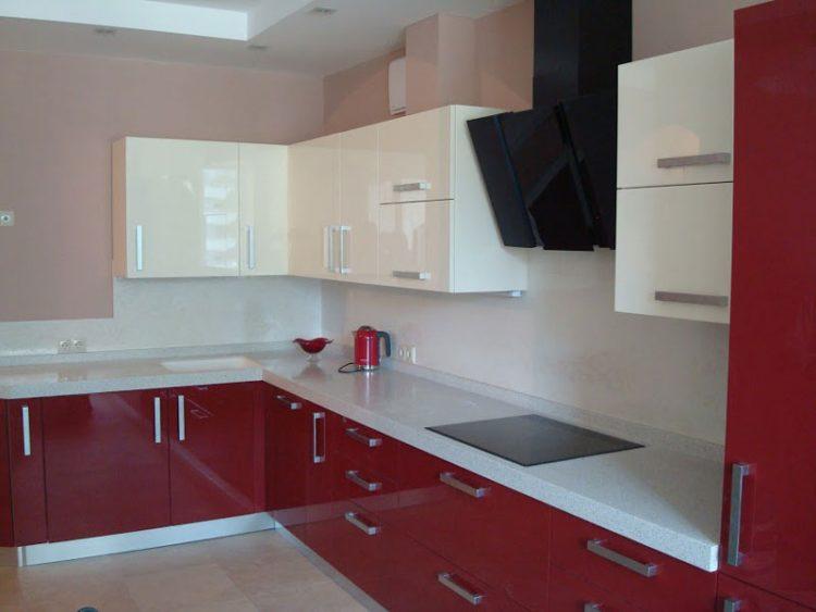 Дизайн кухни, выполненный в дуэте бордо с белым