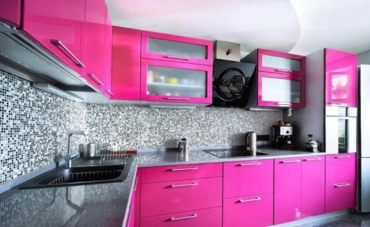 Кухонный гарнитур с малиновыми фасадами