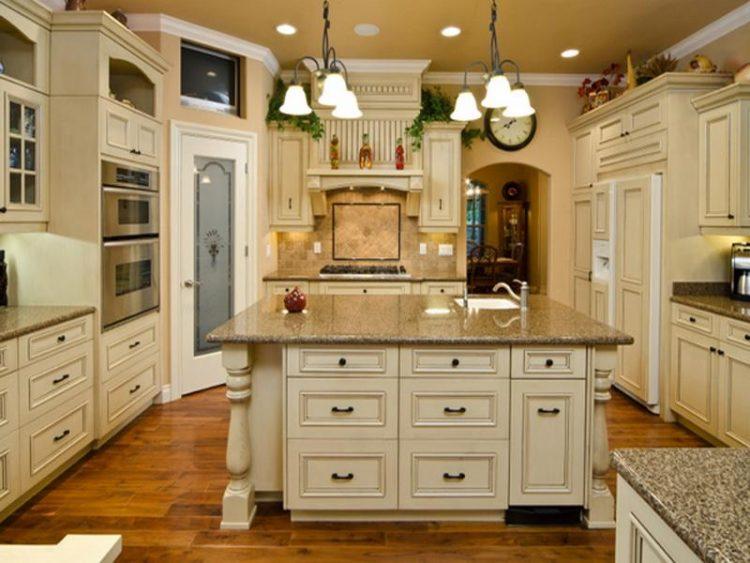 Бежевая кухня в стиле Кантри