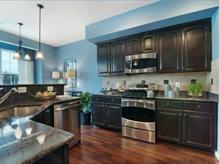 Синие обои, коричневый гарнитур на фоне васильковых стен, яркая плитка фартука - органичное сочетание с включением теплой гаммы