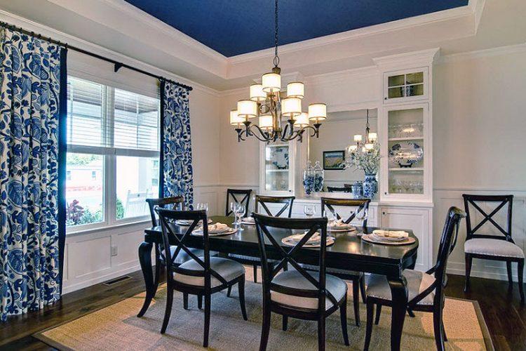 Кухня с синим потолком над обеденной зоной