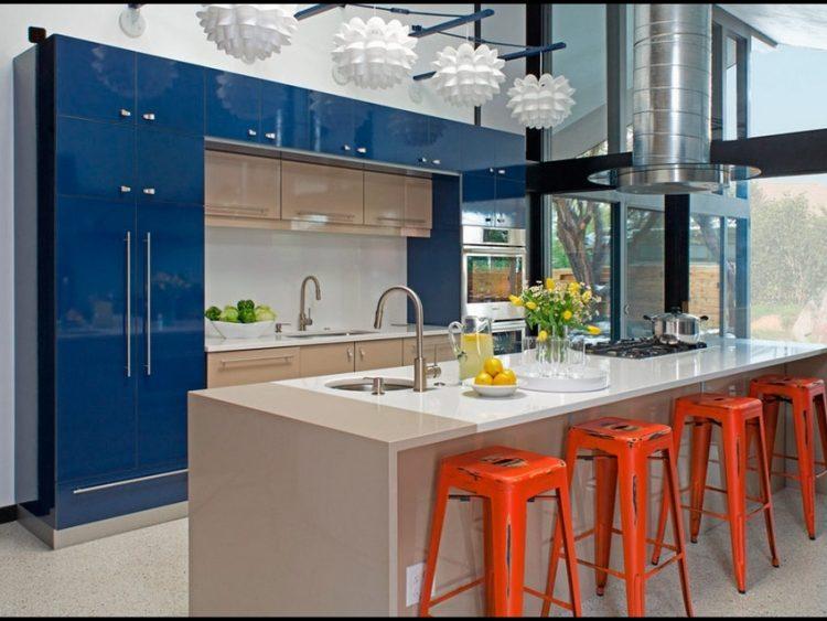 Бело-синяя гамма кухни и оранжевая палитра в деталях
