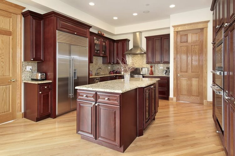 Классическая бордовая кухня с природной деревянной отделкой