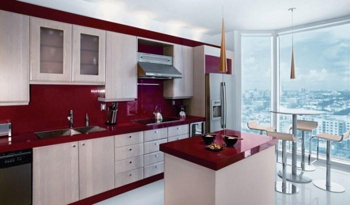 Дизайн кухни с бордовым фартуком и другими вишневыми акцентами