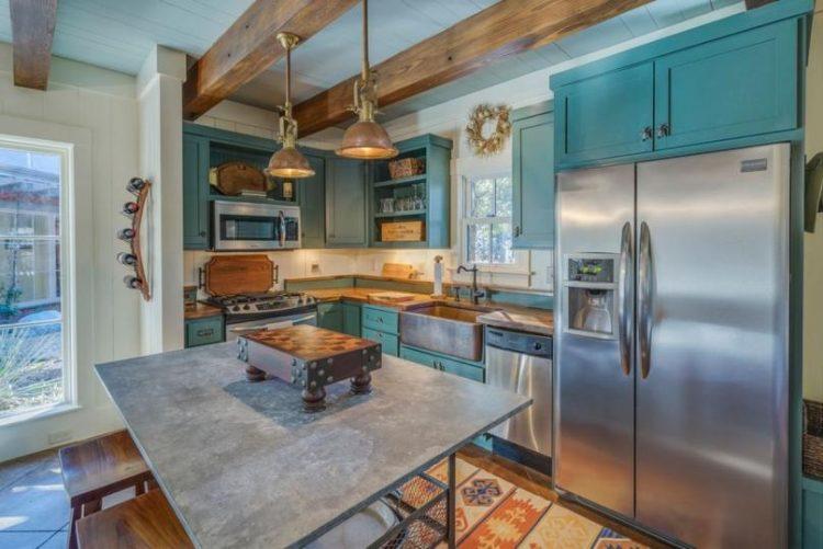 Синяя деревянная кухня в стиле кантри