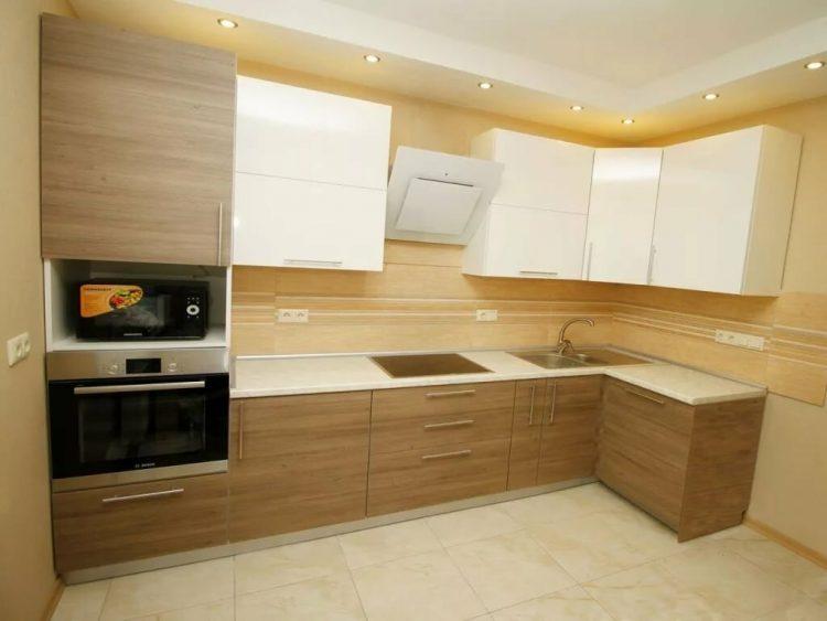 Бело-кремовая кухня: белый верх, песочный низ