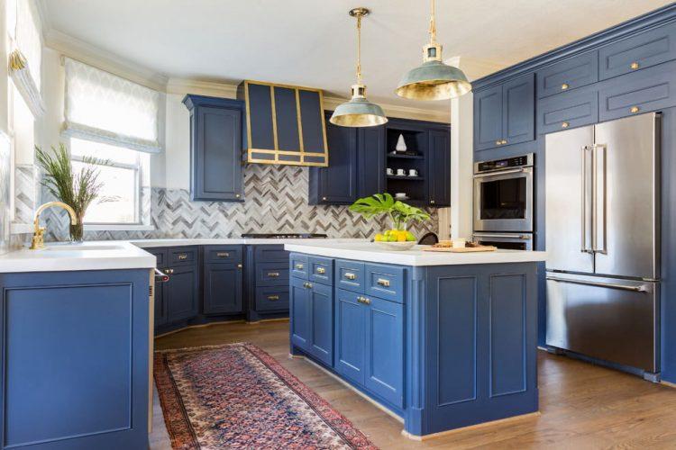 Синий кухонный гарнитур в интерьере кухни