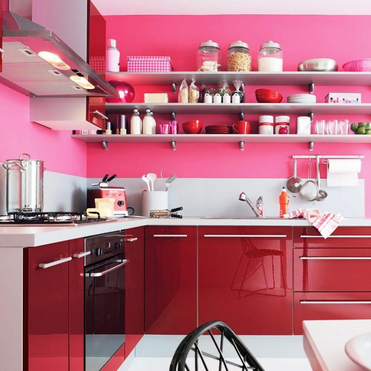 Кухня в сочном розовом цвете с серыми аксессуарами