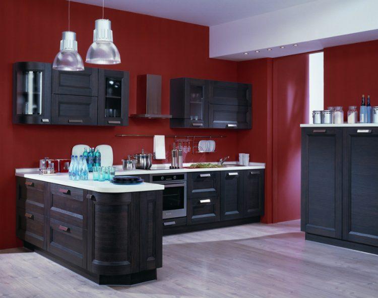 Дизайн кухни с бордовой отделкой и гарнитуром пепельного цвета