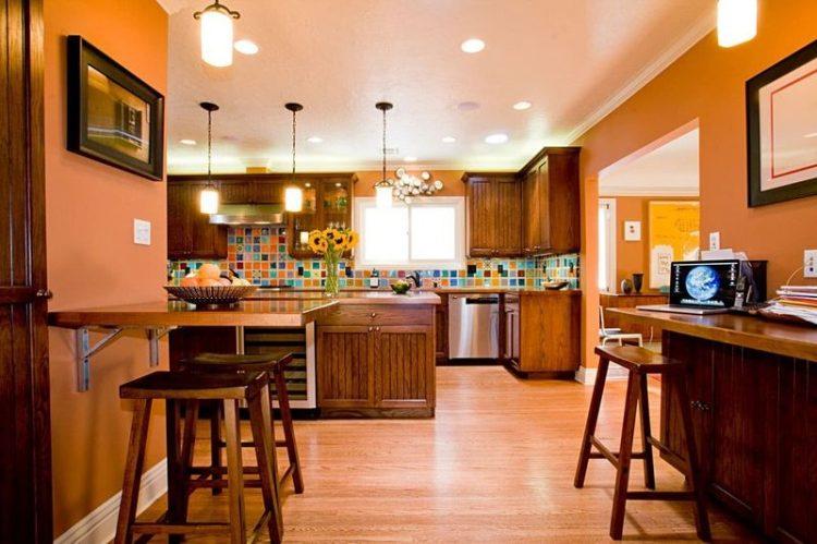 Шоколадный кухонный гарнитур и мебель на фоне оранжевых стен