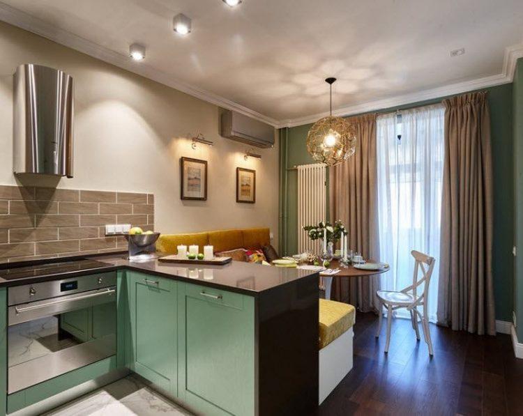 Гостиная, дизайн которой выполнен в классическом стиле, совмещенная с кухней