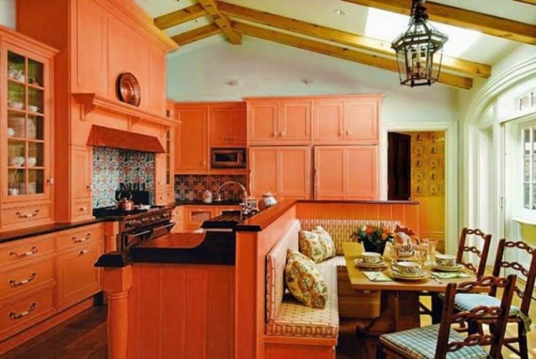 Классический дизайн интерьера кухни в рыжих тонах