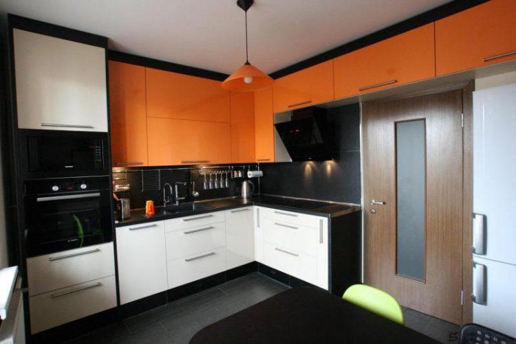 Кухня оранжевый низ белый верх