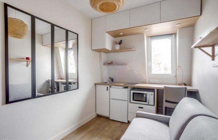 Параллельная планировка кухни с гостиной и диваном