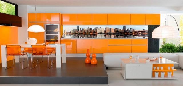 Оригинальный фартук в современной кухне, выполненной в оранжевых тонах